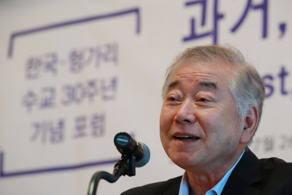 Moon's advisor says NK sanctions relief possible if Pyongyang takes concrete denuclearization steps