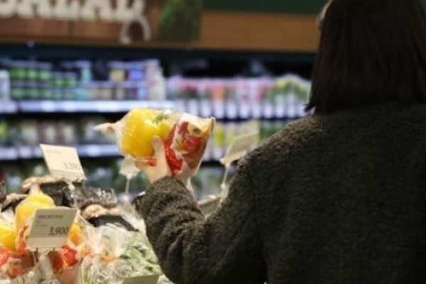 Consumer price growth stays below 1% for 7th month