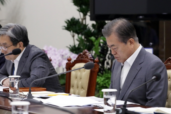Moon holds meeting with top officials on Japan's export curbs