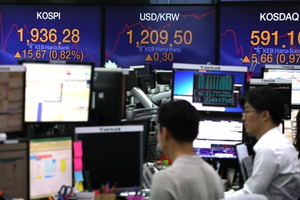 Investors eye leveraged, inverse ETFs amid high market volatility