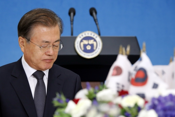 [News Focus] Moon weighed down by economy, North Korea