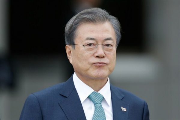 [News Focus] Moon to pass halfway point with challenges at home and abroad