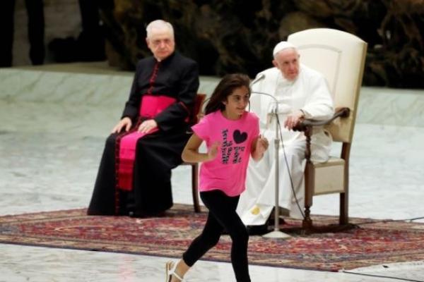 강론 중 단상 올라 활보한 소녀…교황, 웃으며