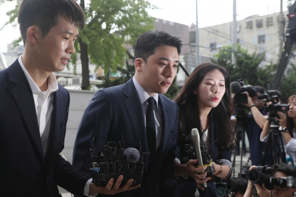 [Newsmaker] K-pop star Seungri questioned over gambling charges