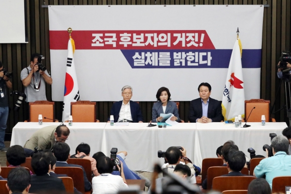 President Moon to request Cho Kuk's Assembly hearing report amid conflict
