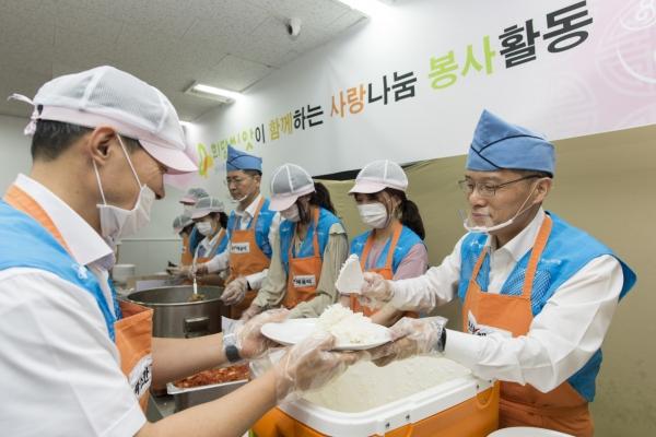 Eximbank runs soup kitchen during holiday season