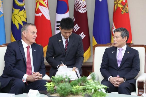 Defense minister meets US think tank representatives