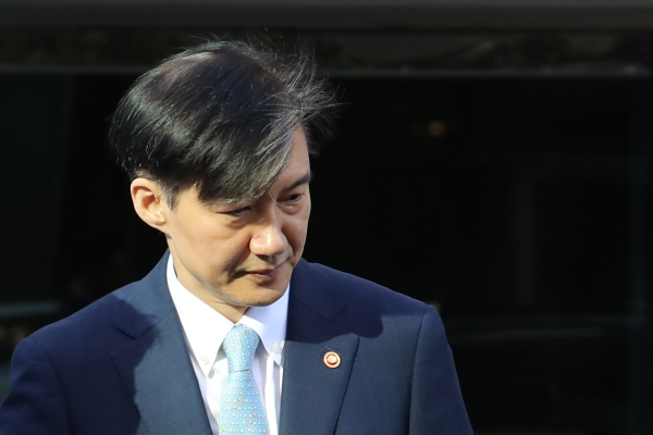 Prosecution raids Justice Minister Cho Kuk's home in unprecedented move