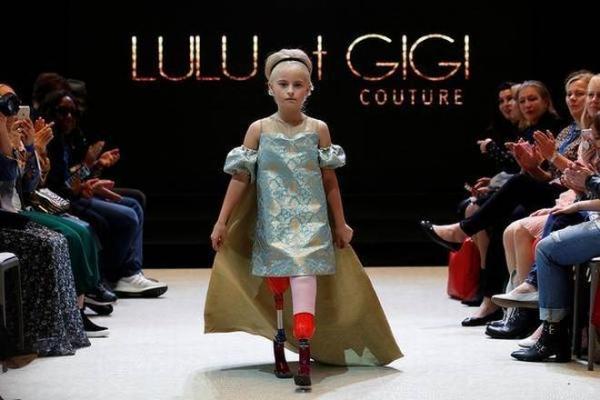 두 다리 의족 9살 영국소녀, 파리 패션위크서 '모델 워킹'