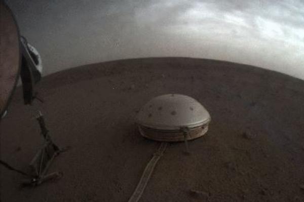 화성 흔들며 낮게 윙윙대는 '붉은행성의 노래'