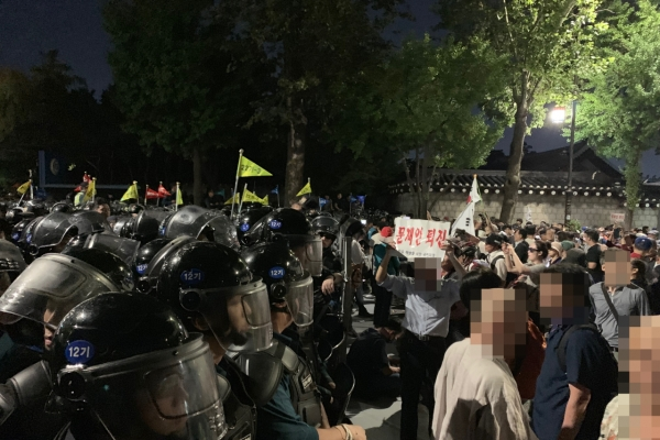Police block anti-Cho Kuk protesters outside Cheong Wa Dae; 46 arrested