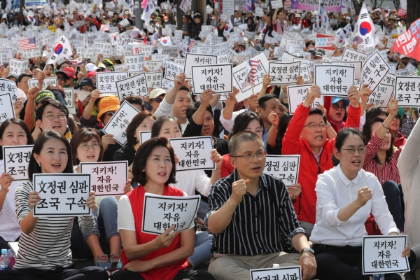 Main opposition ratchets up political attacks over justice minister following massive rally