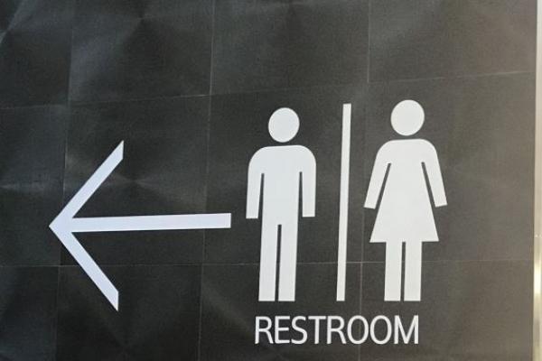 변기 놔두고 공중화장실 바닥에 '볼일'…지적하자 되레 주먹질