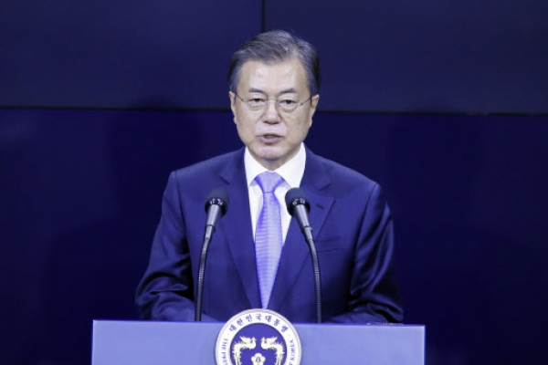 Moon vows 'bold' gov't support for new-generation display sector