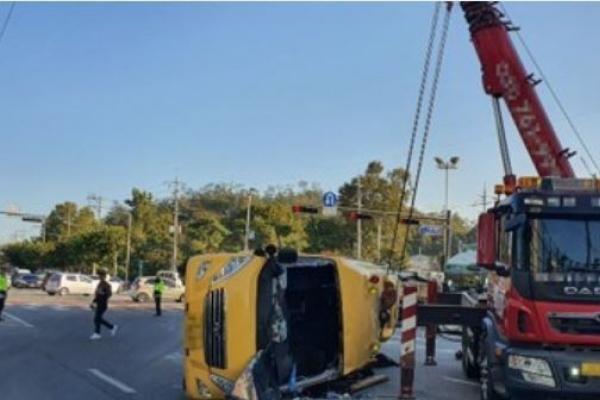 Bus crash into passenger car kills 1 high school student in Seoul