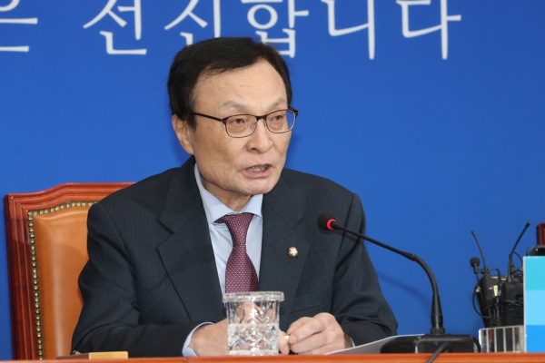 Ruling party chief apologizes for Cho Kuk debacle