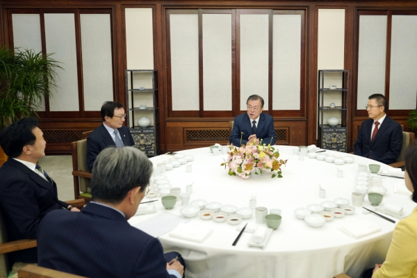 Moon meets ruling, opposition party leaders amid political stalemate