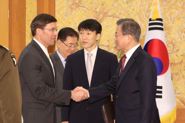 Moon meets Pentagon chief at Cheong Wa Dae