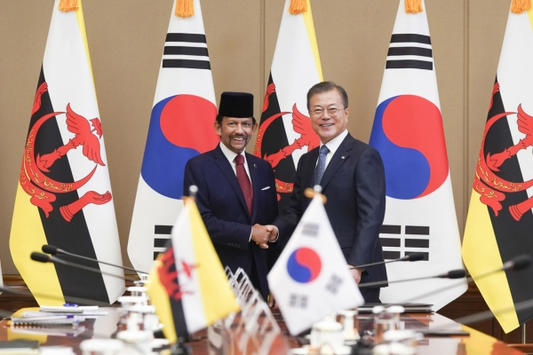 [ASEAN-Korea summit] Moon begins week of ASEAN diplomacy with Brunei, Singapore summits