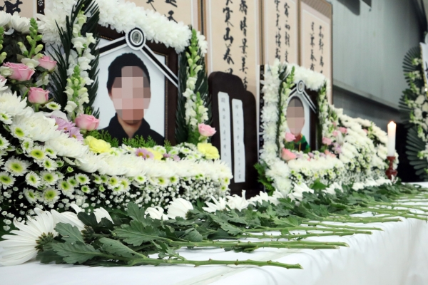 Memorial service for defector mother, son begins