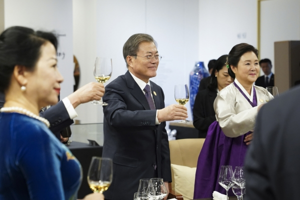 Moon praises partnership with Mekong nations in summit banquet