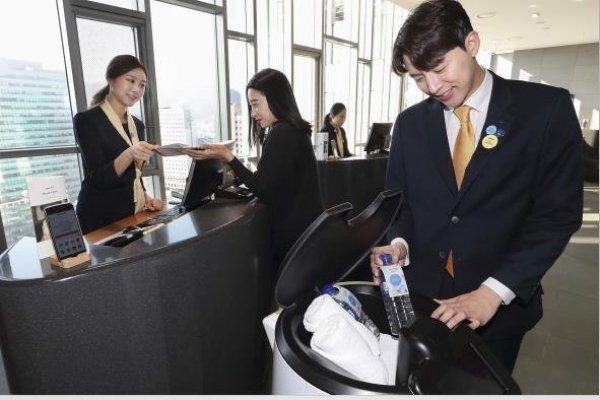 KT's AI robot debuts in Seoul hotel