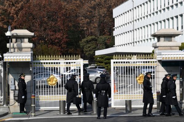 Prosecutors raid Blue House in power abuse scandal probe