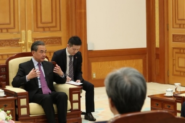 Moon stresses China's role in Korea peace process during talks with its foreign minister