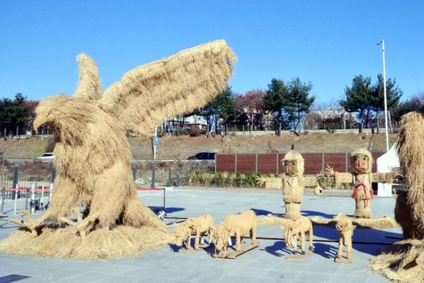 [Eye plus] Making art out of straw