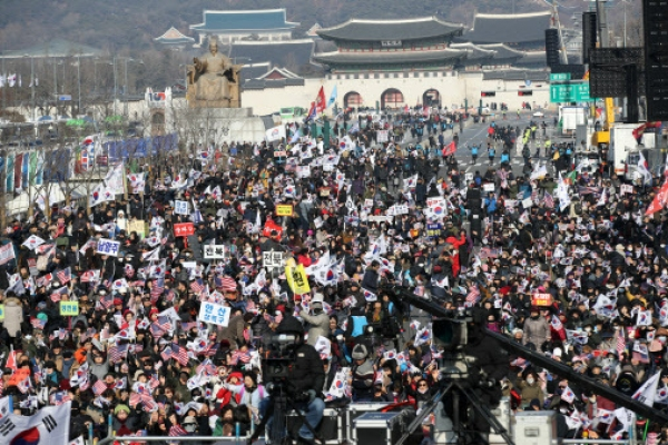 [Feature] Weekend rallies in central Seoul a headache for residents