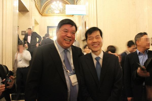 [Photo News] Top Korean biopharma rivals boast friendship