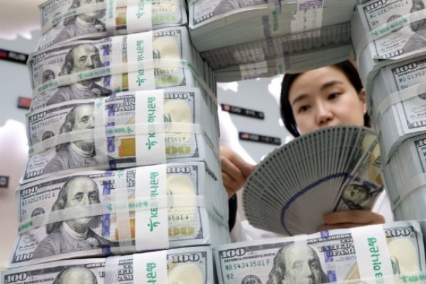 Foreign deposits rise on weak dollar in Dec.
