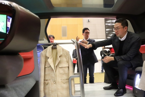 [Photo News] LG leader visits design center