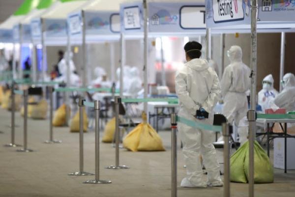 [Newsmaker] 'Walk-through' coronavirus testing begins at airport