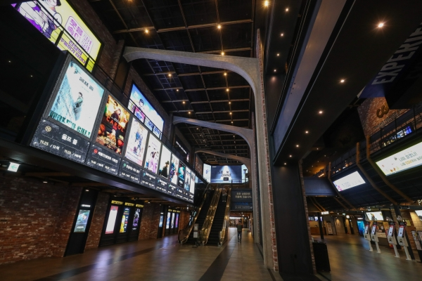 Number of weekend moviegoers plunges to record low