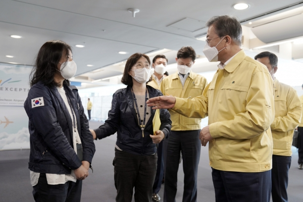 Moon appreciates quarantine workers' service at Incheon airport