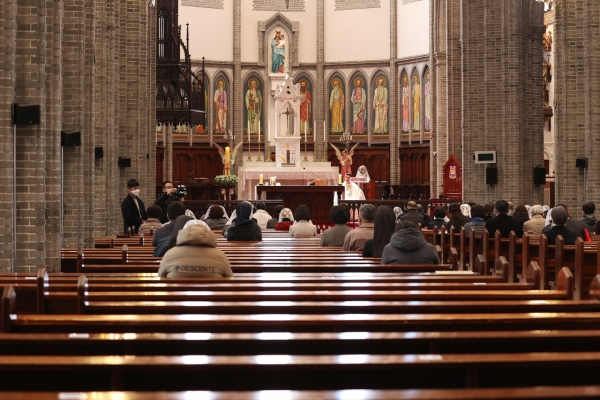 S. Koreans cautiously join religious events amid eased social distancing