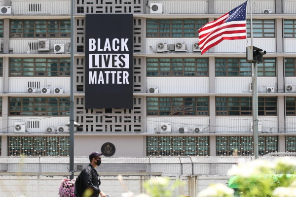 [Newsmaker] Black Lives Matter banner removed from US Embassy building in Seoul