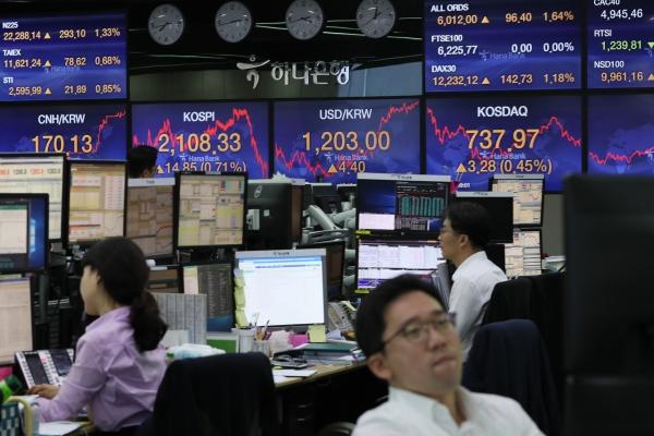 Seoul stocks close higher on economic rebound hopes