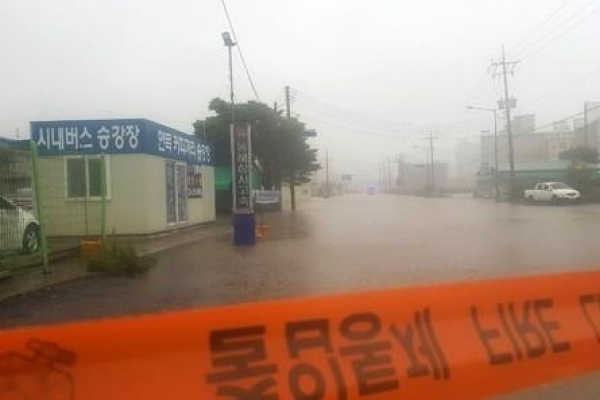 Coastal areas, Jeju hit hard by downpours and strong winds