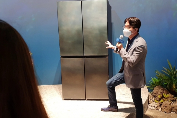 [From the Scene] Italian artisans design Samsung's luxury fridge 'New Chef Collection'