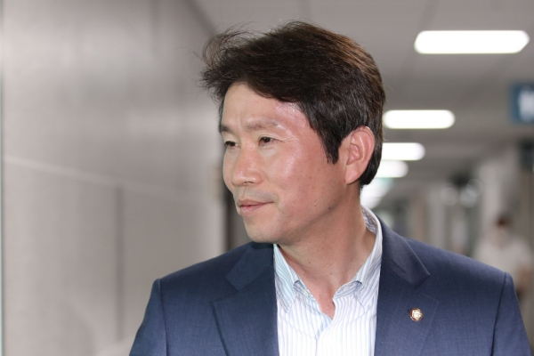 Four-term ruling party lawmaker named unification minister