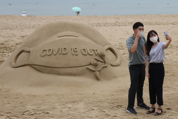 [Photo News] Haeundae's sand sculpture wears a mask
