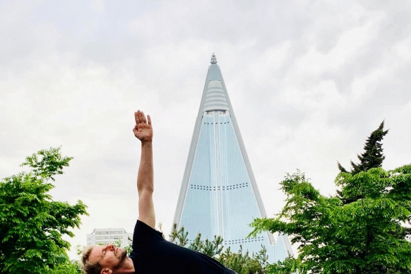 [Photo News] Swedish ambassador practices yoga in Pyongyang