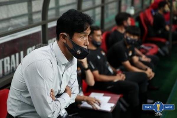 Coach for struggling football club resigns
