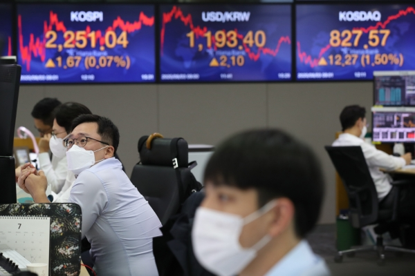 Seoul stocks end tad higher on EV battery makers' rally, tech gains