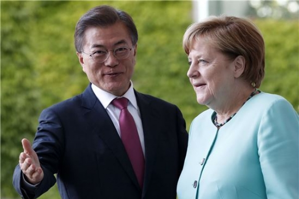 Moon, Merkel set for phone talks to discuss bilateral cooperation