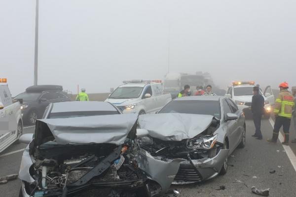 Pileup on foggy expressway injures 17