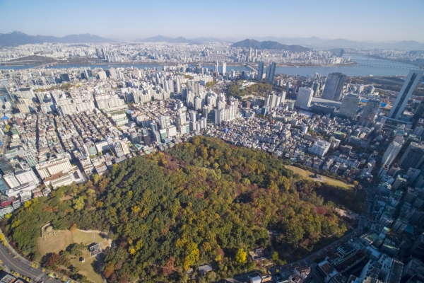 [Photo News] Autumnal tints in central Seoul