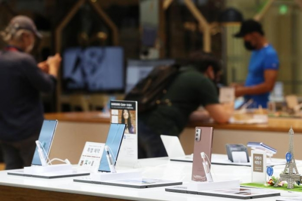 Samsung narrows gap with Apple in Canadian smartphone market in Q3: report